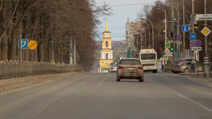 В Перми из-за самоизоляции исчезли пробки, а водители стали расплачиваться безналом на АЗС