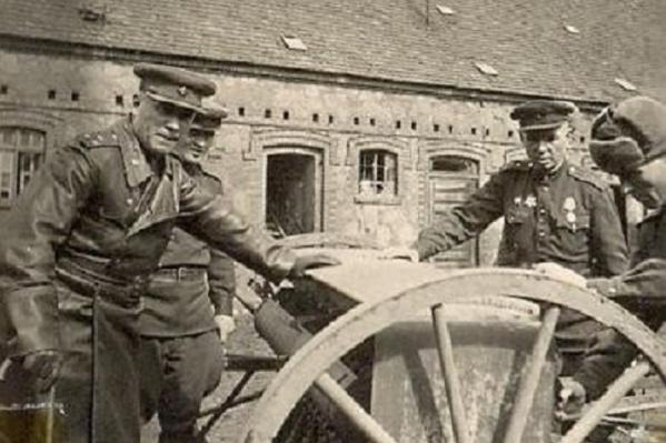 Герой войны Пантелеймон Степаненко (на снимке он справа, на заднем плане) сфотографировался летом 1945 года где-то в окрестностях Магдебурга