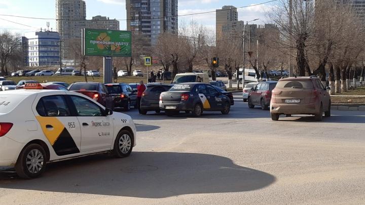 Пробка просто ужасная: столкновение двух легковушек парализовало движение в центре Волгограда
