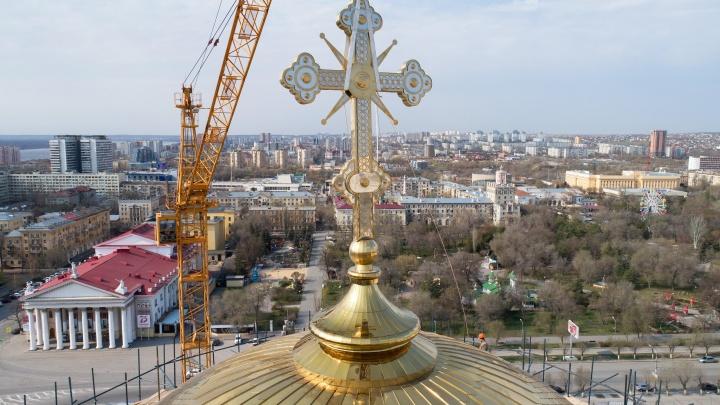 «Светил так ярко, что его видно со всех концов города»: на новый собор Волгограда поставили «золотой» крест