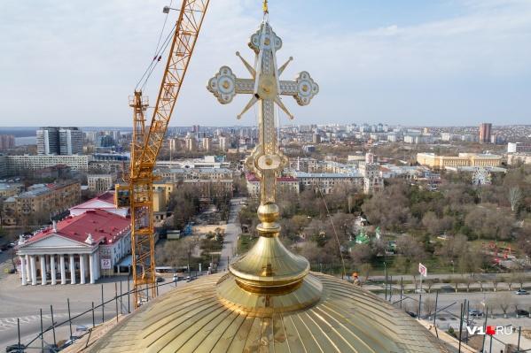 Установкой креста волгоградцы завершили внешние работы на соборе