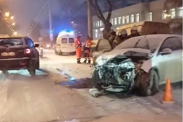 С первым снегом: появилось видео аварии на проспекте Кирова