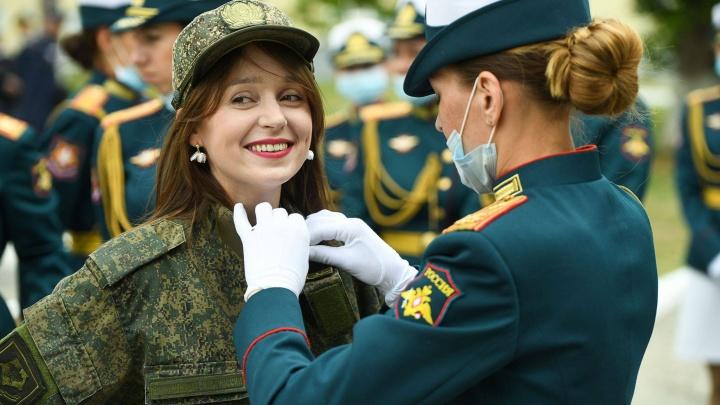 Журналистку E1.RU на день забрали в армию и научили ходить строем: фоторепортаж из женской роты