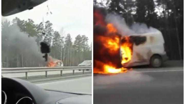 Черный дым на десятки метров: под Екатеринбургом на трассе загорелся автомобиль. Видео