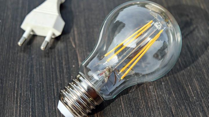 Южноуральцам, не погасившим долг за электроэнергию, могут отключить свет после Нового года