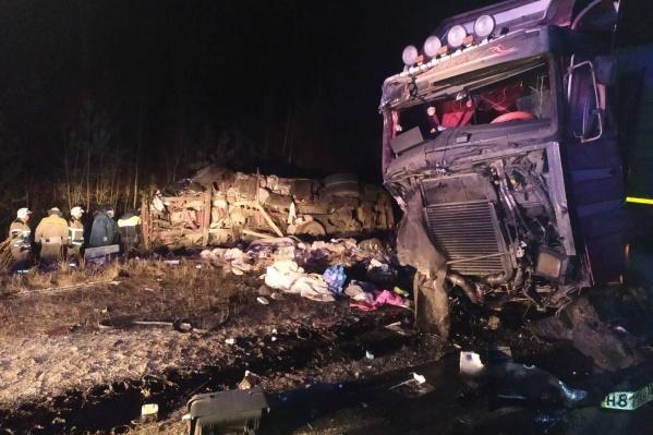 Удар был настолько мощный, что один из грузовиков перевернулся