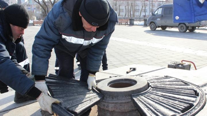 Из чаши Вечного огня в Екатеринбурге достали бутылки, салфетки и остатки цветов