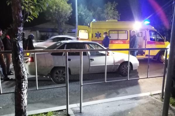 На месте происшествия работали медики скорой помощи