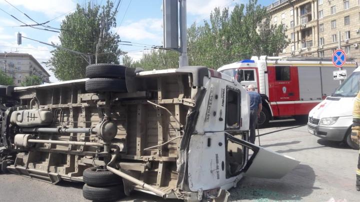 Маршрутка с людьми перевернулась на крышу в центре Волгограда: два человека тяжело ранены