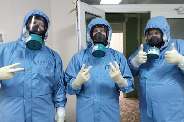 Защитные костюмы медиков значительно отличаются от тех, что носят в РКБ