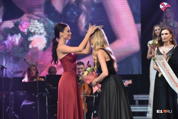 Победительница получит корону из рук мисс Екатеринбург — 2019 Виктории Вершининой, но уже через год тоже с ней расстанется