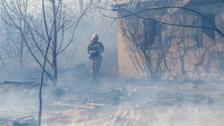 В пригороде Кургана загорелась сухая трава. Огонь угрожал поселку Смолино