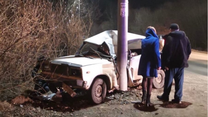 «В машине нашли алкоголь»: водитель «Жигулей» без прав погубил себя, врезавшись в столб