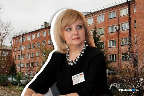 Ольга Богданова на фоне подведомственной ей больницы
