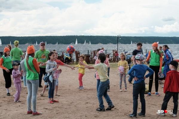 Детские лагеря в этом году начали работать позже. Но если очень хочется отправить туда ребенка, путевку еще можно успеть купить