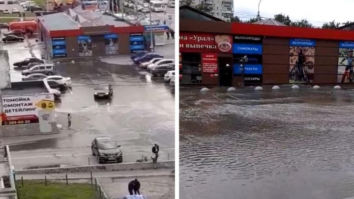 «Амундсена залило»: в Екатеринбурге затопило парковку у ТЦ «Гранат»
