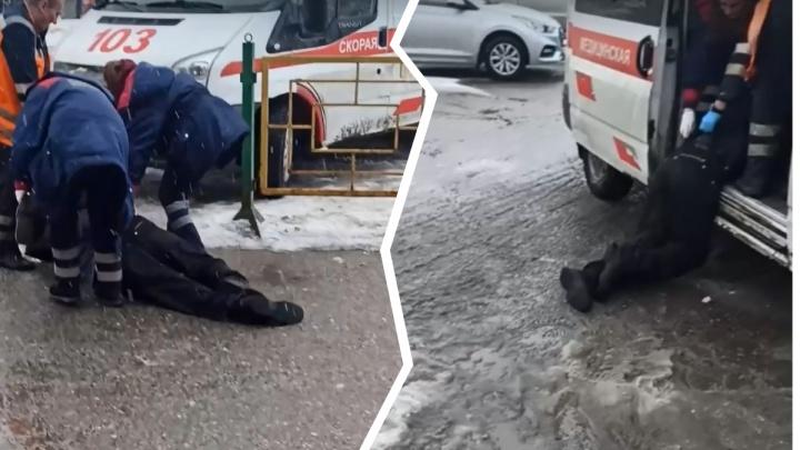 В Прикамье прохожие засняли, как пациента скорой тащат по асфальту без носилок