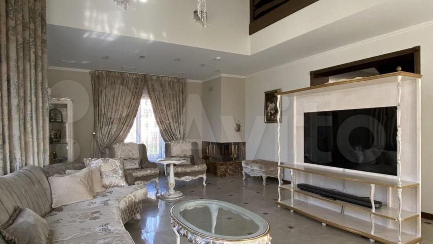 В Кемерово продают коттедж за 60 млн с видом на храм. Показываем фото дома с кинотеатром и спортзалом