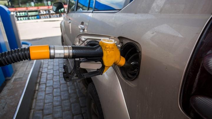 Почему у некоторых автомобилей лючок бензобака расположен с левой стороны