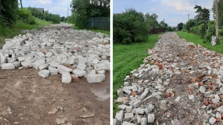 «Люди недотерпели»: в ярославском селе отремонтировали дорогу битым кирпичом. Реакция властей