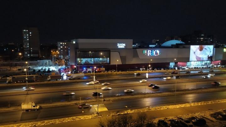 Из торгового центра «Эль Рио» по тревоге вывели на улицу 50 человек