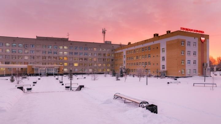 «Медики еженедельно обследуются»: в больнице Каменска-Уральского опровергли информацию о том, что у них работают врачи с COVID-19