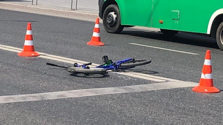 В Тюмени погиб ребенок-велосипедист. Он столкнулся с маршруткой