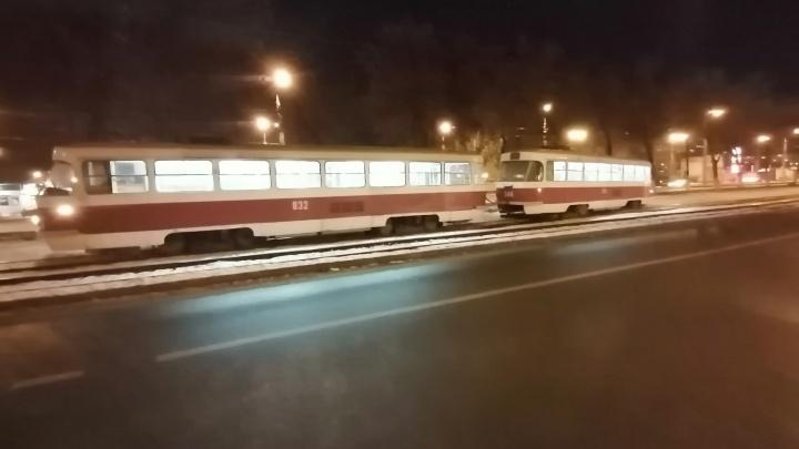 На улице Антонова-Овсеенко трамвай сошел с рельсов