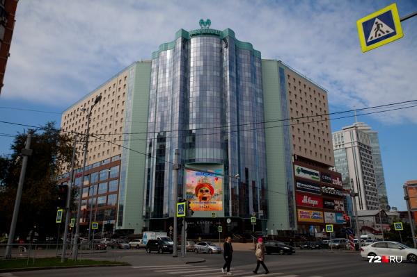 ТЦ «Магеллан» расположен в центре Тюмени, на пересечении Максима Горького и 50 лет Октября