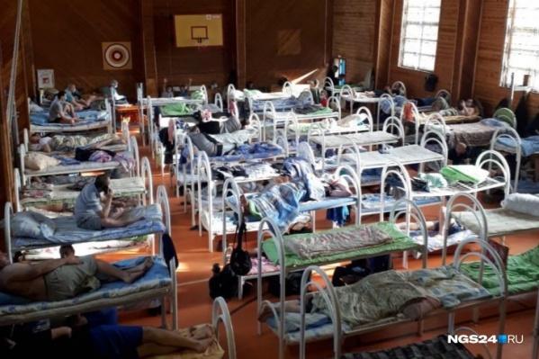 Сотрудники «Полюса» с коронавирусом, но без симптомов живут в спортзале на территории предприятия<br>