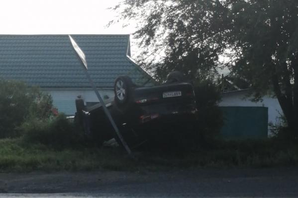 Автомобиль перевернулся после того, как сбил женщину