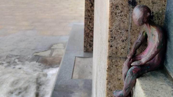 Екатеринбургская художница поселила на Плотинке пластилиновых человечков, которые ждут семью