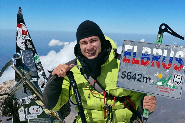 Рустам поднимался на вершину 15 часов