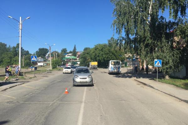 Мужчина и женщина переходили дорогу по пешеходному переходу, когда их сбила машина