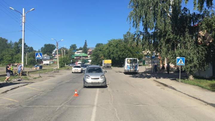 На проспекте Дзержинского автомобиль сбил двух человек на пешеходном переходе