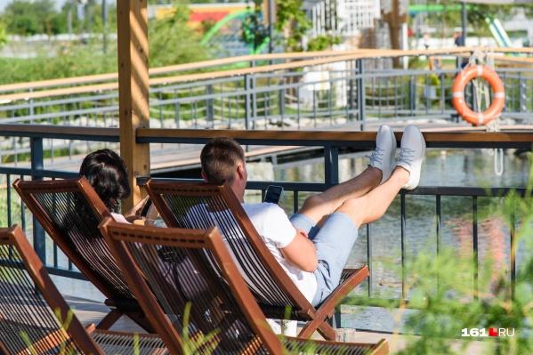 После активного шопинга можно расслабиться на лежаках