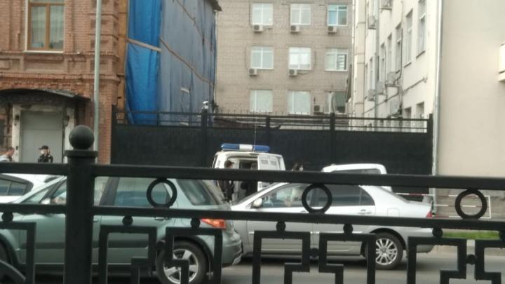 «Ранее привлекался к ответственности»: подробности о мужчине, которого приковали наручниками к зданию ФСБ