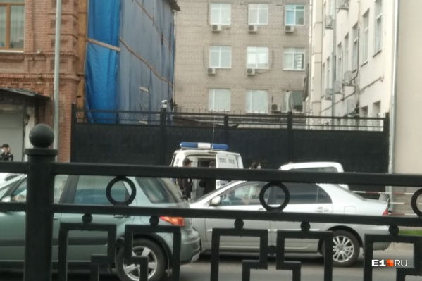 Мужчина был пьян, он сильно бил кулаком по двери здания ФСБ.