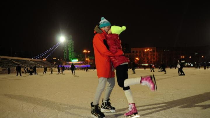 В Екатеринбурге начали заливать катки во дворах: где покататься бесплатно