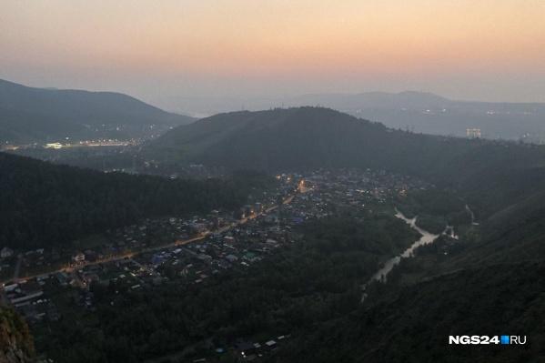 Вид с Торгашинского хребта на Базаиху вечером 10 августа