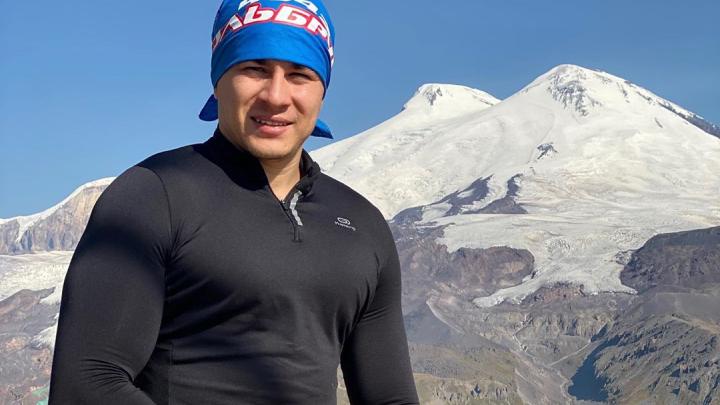 Безногий альпинист Рустам Набиев взобрался на вершину Эльбруса