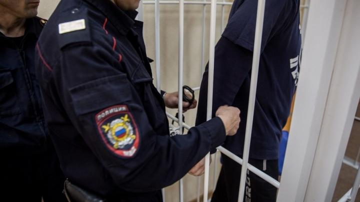В Кировском районе Новосибирска двое парней с пистолетом отобрали деньги у прохожего
