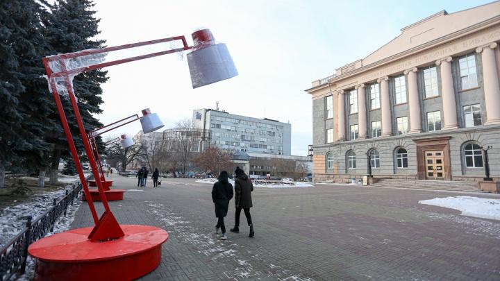 На улицах Челябинска появились гигантские торшеры и настольные лампы. Оцениваем арт-объекты