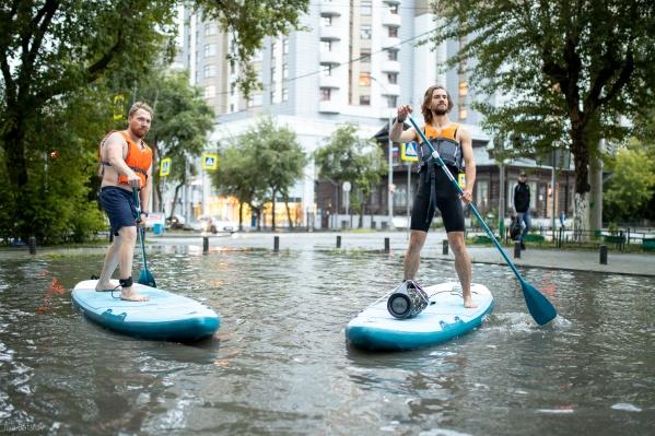 Когда в городе несколько дней подряд льют дожди, заплывы можно устраивать прямо в центре города