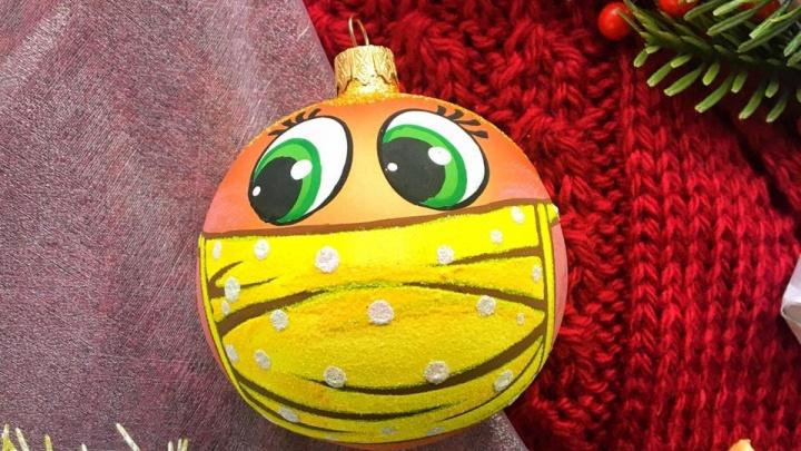 Коронавирусную коллекцию елочных шаров в масках выпустили на красноярской фабрике игрушек