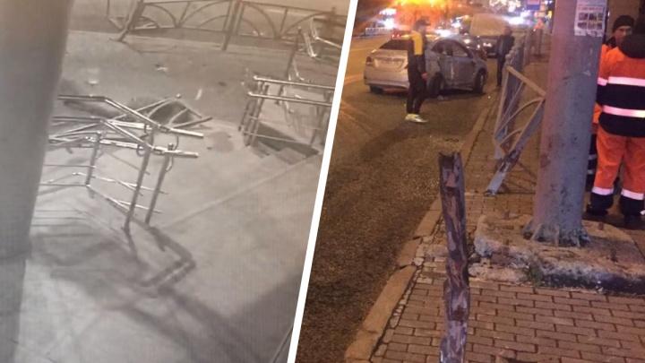 В центре Екатеринбурга Hyundai сбил женщину и снес железный забор: жуткое ДТП попало на видео