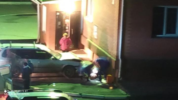 «Хонда» «прижала» пожилую женщину к стене дома: прохожая погибла на месте
