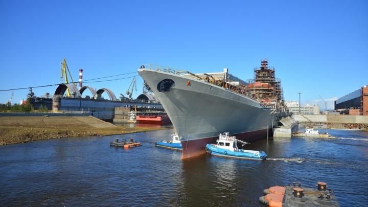 В акваторию Севмаша вывели крейсер «Адмирал Нахимов». Эта операция уникальна для судостроения