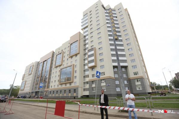 Новое здание находится рядом с микрорайоном «Ньютон», на 250-летия Челябинска, 50а, и состоит из двух секций: одна из них — 11 этажей, вторая — 18