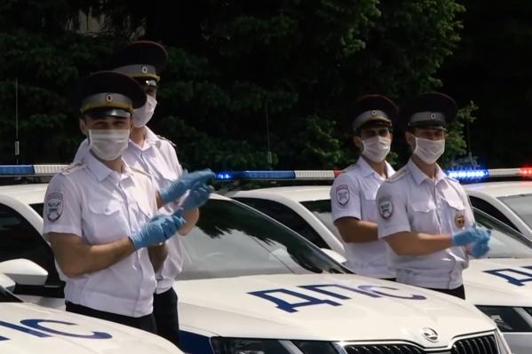 Полицейские решили поддержать врачей в нелегкие времена